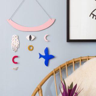 Apprenez à réaliser un DIY bijou de mur imaginé pour le magazine Marie Claire Idées dans un esprit coloré et graphique. Création par le Studio ADC