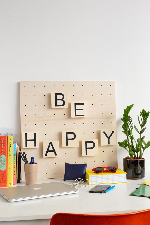 Découvrez comment réaliser un tableau à message en bois un objet déco tendance, un make it imaginé pour Leroy Merlin par le Studio ADC.