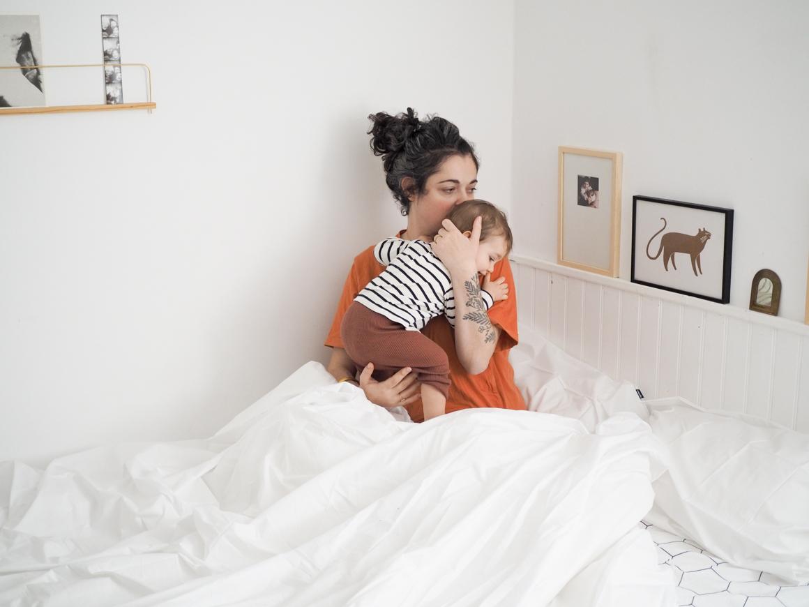 Matin câlin avec bébé avec le linge de lit Wopilo
